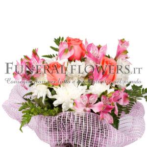 Bouquet di fiori funebri sulle tonalità chiare