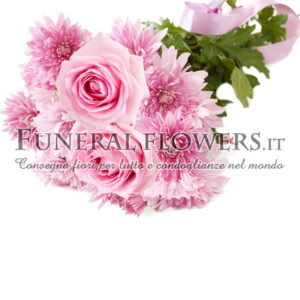 Mazzo funebre di crisantemi e rose rosa