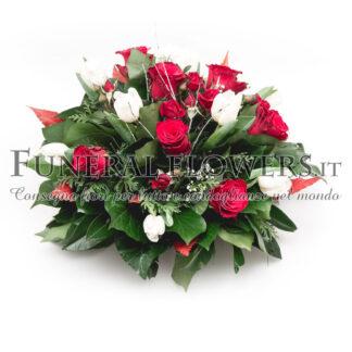 Composizione funebre di rose rosse e fiori bianchi